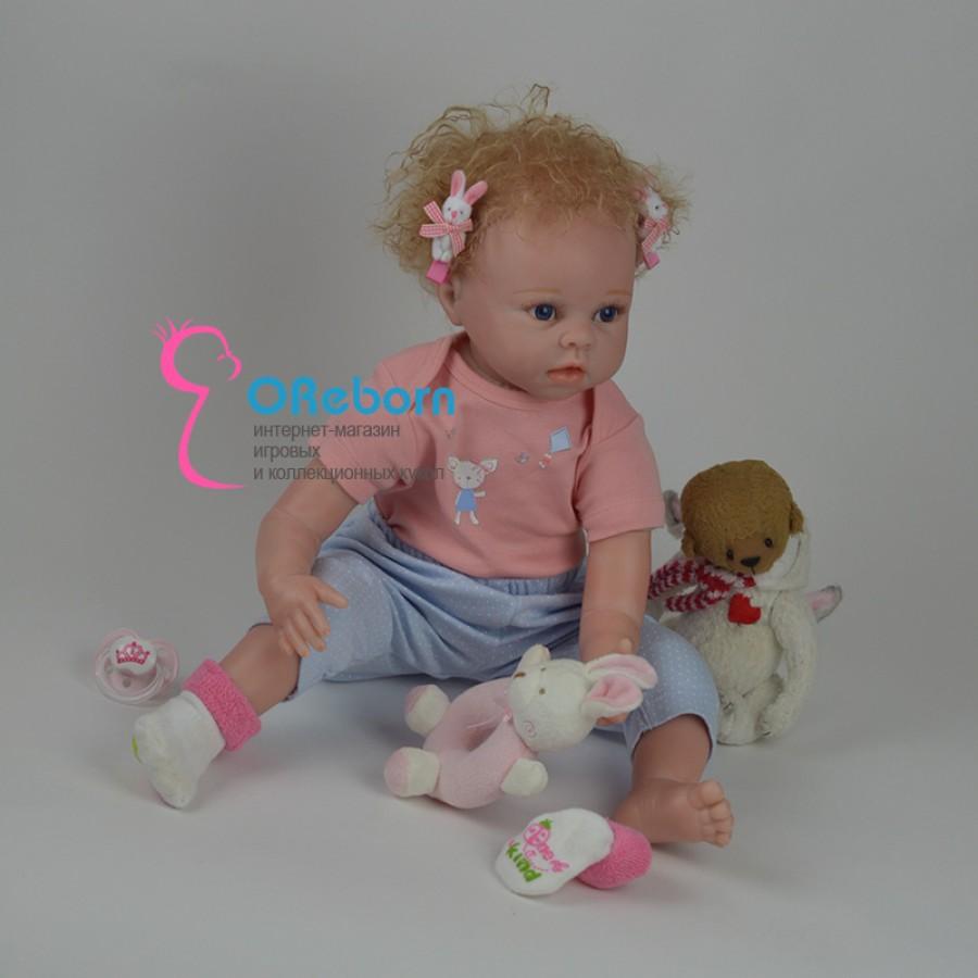 Кукла реборн с голубыми глазами и кучерявыми волосами